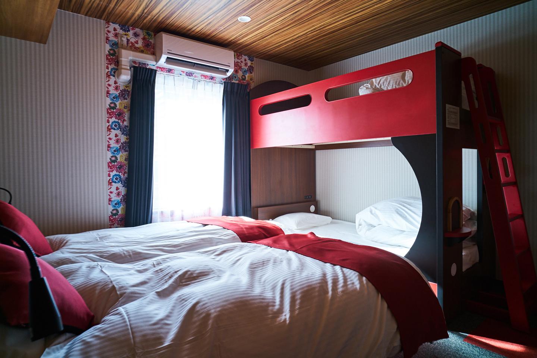 シングルベッドをハリウッドツインに置き、足側に2段ベッドを設置した「ファミリー&レジャー4」
