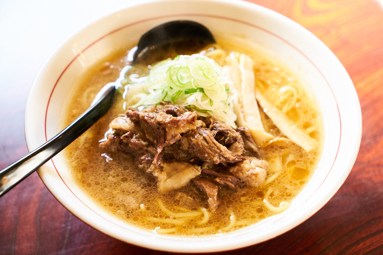 牛骨正油らーめん(¥700)。牛の大腿骨を中心に、約16時間煮込んだスープは素材の甘みが溶け出して中毒性の高いおいしさ。やや遠方の茨城から特注で仕入れる麺は、178gとボリュームも満点です