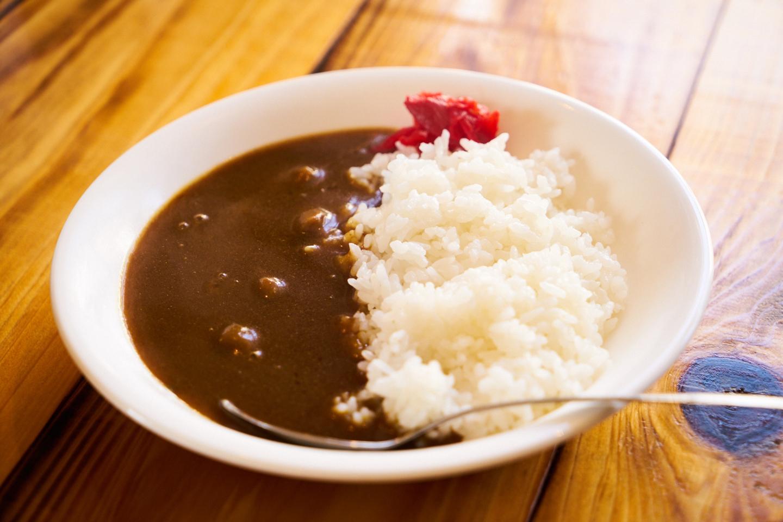 ランチタイム限定の、牛すじカレー(麺メニュープラス¥100)。数種の香辛料をブレンドしたほどよくスパイシーなテイストは、メインのラーメンの味を打ち消すことなく、適度にスープの濃厚さをリセットしてくれます