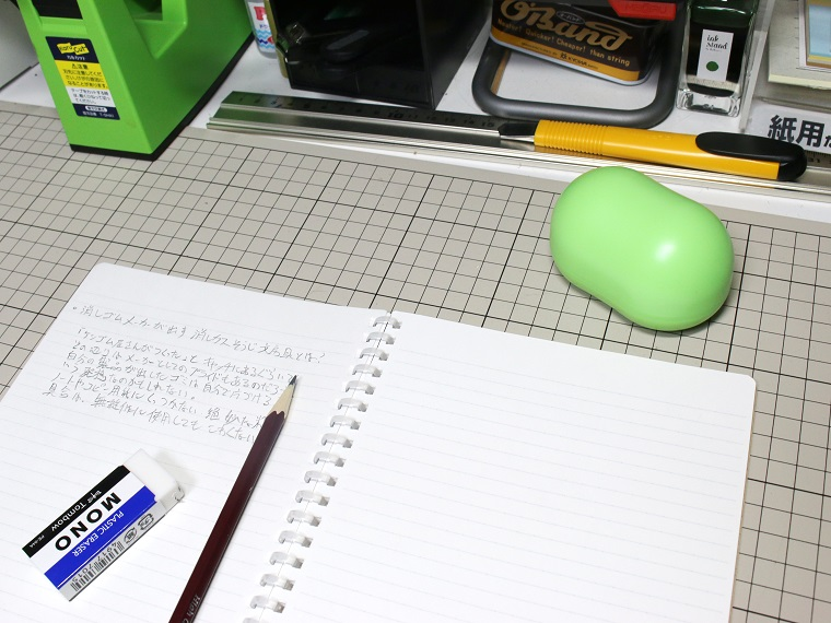 机の上に置くと意外と存在感がある