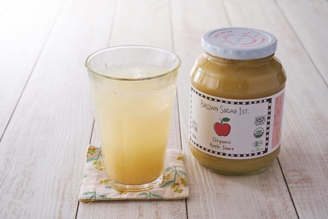 夏場の水分補給などに活躍しそうなアップルサイダー。アップルソースをグラスに適量入れ、炭酸水を注ぐだけで作れます。一般的な炭酸ジュースと違い、低カロリーなのが嬉しいポイント。