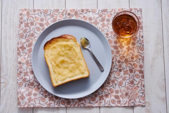 一番手軽な使い方としては、ジャムやバターの置き換え。トーストに塗ったり、ヨーグルトに混ぜたりすれば、りんごが持つやさしい甘みやほのかな酸味を楽しめます。
