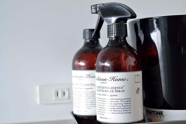 食器洗い用洗剤やスポンジもピンクとかグリーンの物は使わず黒と白の物で統一感を出している。