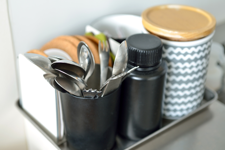 アクション数を少なくするために、よく使うスプーンやフォークなどは外に出している。トレイにまとめることで取り出しやすく、掃除もしやすい。