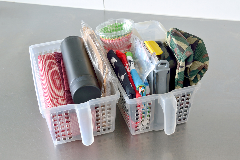 キッチンの戸棚の中の多くは取り出しやすいようにボックスに入れて収納。お弁当セットも誰の物かわかるように個人ごとに整理。形の異なるレトルト食品や袋物の食品などもファイルボックスにまとめて収納されていた。