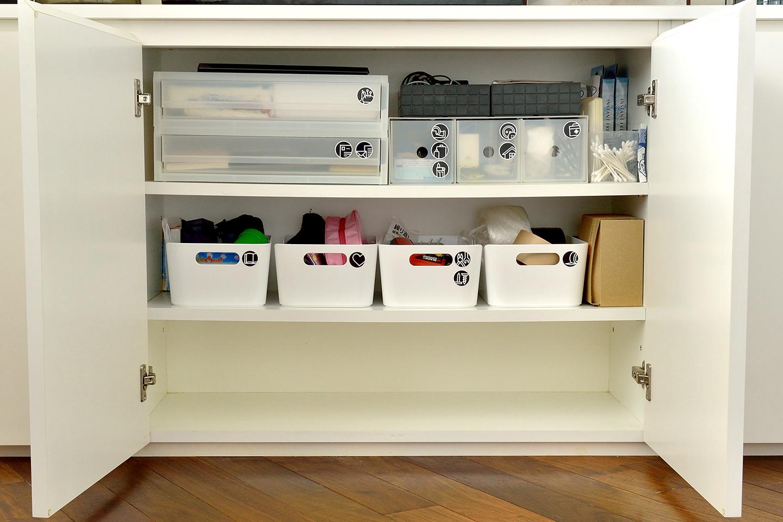 リビングは共有スペースなので戸棚の中も家族みんながしまう場所がわかるよう収納ボックスに入れて定位置を決めている。