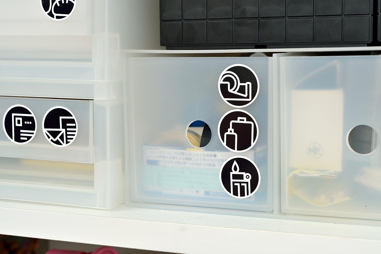 ラベリングがあまり好きではないという宇高さん。代わりに子どもしまう場所が分かるようにイラストシールで物の定位置を表示。