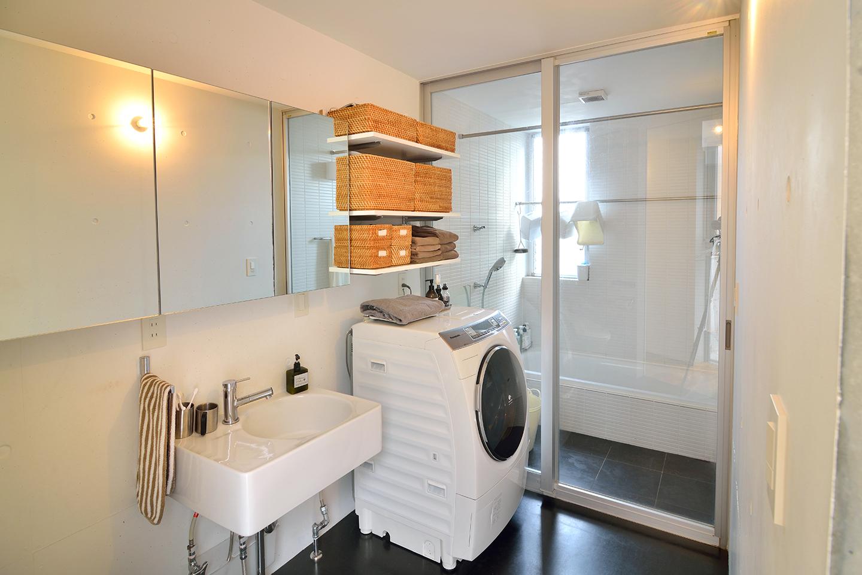 体を拭くバスタオルやお風呂上りに着る下着は、各部屋のクローゼットではなくお風呂場に置いて収納することで機能性を重視。
