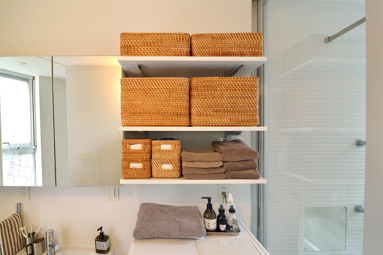 洗濯機の上に置かれたCOLONY2139のプッシュ式ハンドクリームは1プッシュで手に付けられて水仕事で手がカサカサする季節に特に重宝しているお気に入り。デザインが好きで洗剤も愛用しているそう。