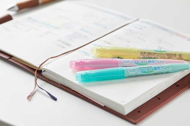 美崎さんが色分けに使っている蛍光ペンはフリクションライト。薄い色合いでギラギラしないところが気に入っている