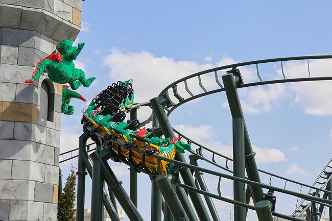 たくさんの動くレゴ®モデルを通り抜ける「ザ・ドラゴン」