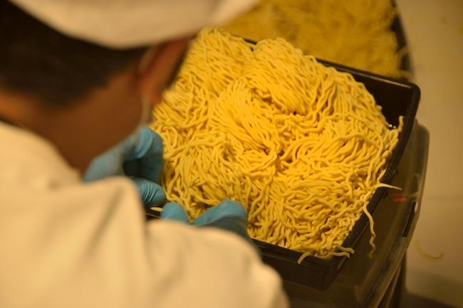系列店の麺も、MENSHOで打っています。写真は「油そばGACHI」用の製麺の様子