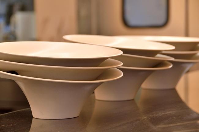 ラーメン、つけ麺ともに金沢の「secca」に特注した器を使用。ラーメンの器は縁が外に広がっており、平らになった部分に具やパウダーなどを配せる形になっています