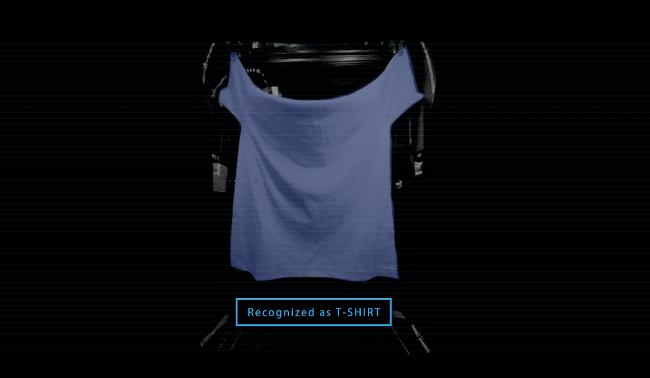 ランドロイドの内部ではロボットアームが1枚ずつ洗濯物を広げ、形状や色柄などを画像解析する