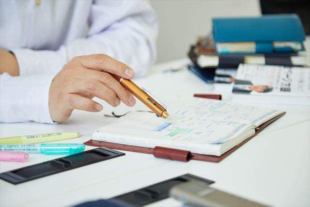 仕事中は常にデスクの上に手帳を開いていつでも俯瞰できるようにしているそう