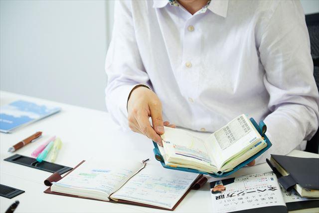 """ある時期は年間12冊手帳を替えて(つまり毎月違う手帳を使った!)、使い勝手を自ら試したという美崎さん。その時に""""コピーして貼る""""手帳術を編み出した"""
