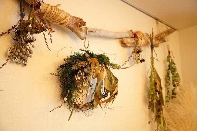流木×ドライフラワーの自然素材をアレンジメントした大橋さんオリジナルの装飾が、リビングのアクセントに