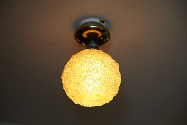 ヴィンテージの風合いが素敵な一灯のスパゲティライトの合わせ技はセンス抜群!