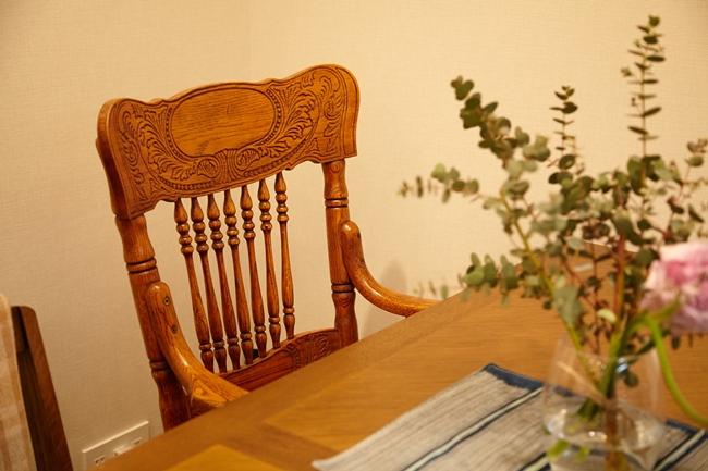 4〜6人用のダイニングテーブルには、繊細なデザインと曲線が美しいヴィンテージのチェアが。デザインや質感が異なる物を上手く組み合わせ、洗練された印象です