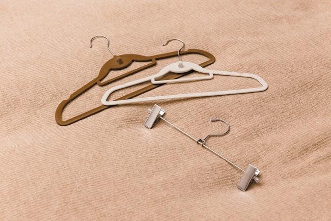 河井さん愛用の薄型のハンガー。ブラウスは38cm、コートは42cmのもの、スカートはノンスリップスカートクリップと用途に合わせて選択
