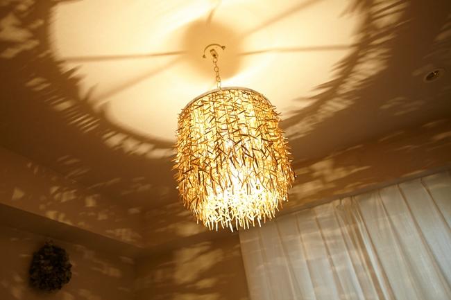 ベッドの真上に位置するのは、部屋の壁に幻想的な影を映し出す、ヴィンテージの照明。それ自体のインパクトもさることながら、窓から差し込む陽が暮れていくにつれ、変化していく表情に時が経つのも忘れてしまいそうです