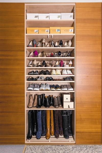 シューズクローゼットの最上段にシーズンオフの靴のみを箱に入れて収納。中身が見えるように写真を貼っている。じつは箱は春夏ものと秋冬ものを1つの箱で兼用している