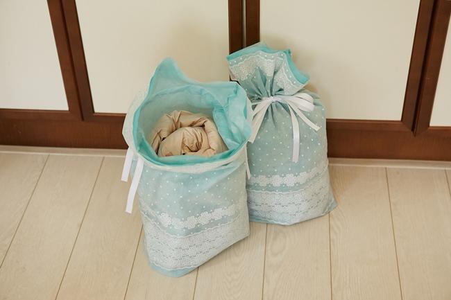 ダウンジャケットなどは、通気性のよいラッピングバッグの中に収納。「くるくると入れるとすごい小さくなります」(河井さん)