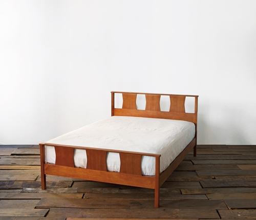 アメリカンヴィンテージを基に制作された、ACMEオリジナルのベッド。'60年代らしいデザインながら、フットフレームを高くして布団がずれないように設計するなどアップデートされた。シングルからクイーンまで、幅広いサイズ展開から選べる。