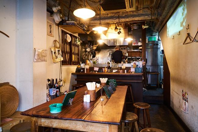 奥には、厨房内を見渡せるほど至近距離のカウンター席。手前には、田中さんが「利田商店の大きな魅力のひとつ」と力説する長テーブルが