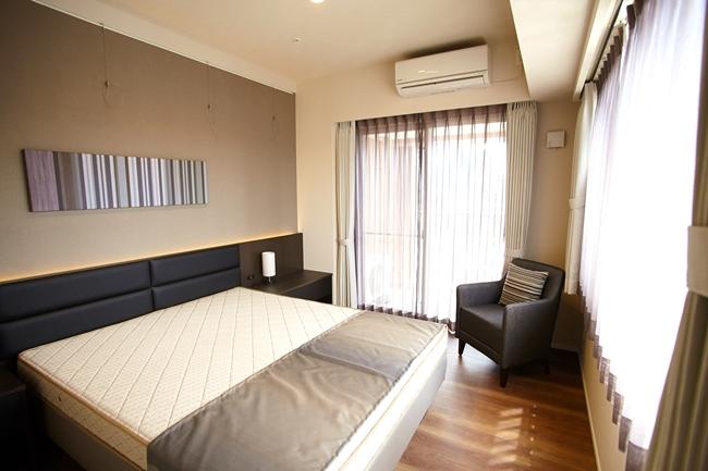 1LDKのベッドルーム。セミダブルサイズのベッド付き。2面に窓があり採光も抜群です