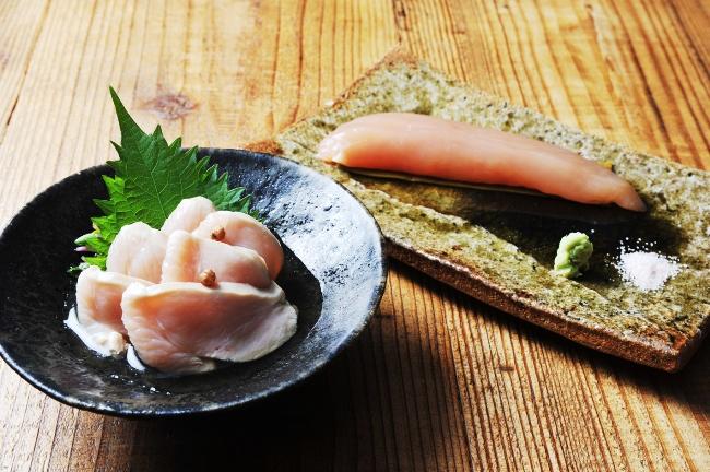 Umebachee!の定番は朝締め鶏を使った料理。手前が「鶏の山椒煮(800円/皿:大前悟)」、奥が「鶏ささみの昆布〆(800円/皿:濱崎快素)」。もちろん日本酒との相性抜群だ。