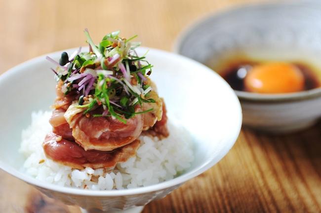 〆の「生親子丼(800円/器:田村一)」も人気メニューのひとつ