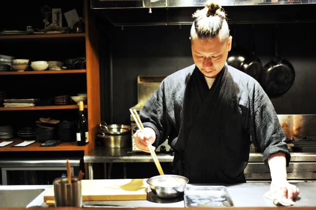 料理長の岩崎崇史さん。生産者から届いた旬を、素材の味を最大限に活かして調理。料理のポーションも臨機応変に対応してくれる