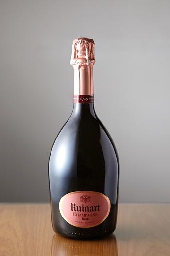 ルイナール「ロゼ・シャンパーニュ」は、ピンクがかったゴールドの色合いがなんとも美しい。口当たりは滑らかで、赤い果実のアロマも特徴的です。ピノ・ノワールとシャルドネを使用。