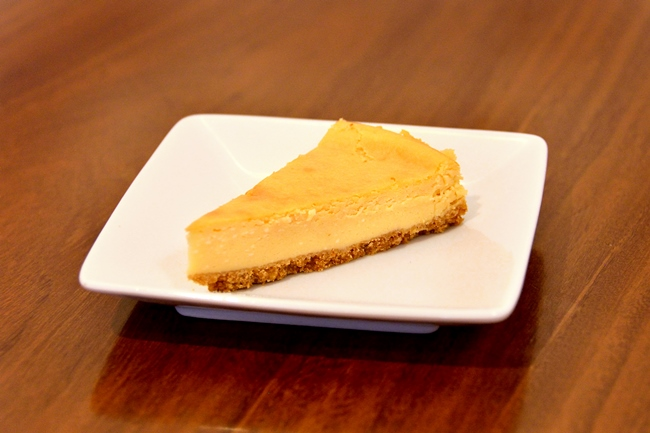 「自家製チーズケーキ」(¥200)。クリーミーなチーズに、しっとりしたクッキー生地がベストマッチのベイクドタイプ。濃厚ながら甘さ控えめでレモンの酸味が効いた、ラーメンに合うテイストです