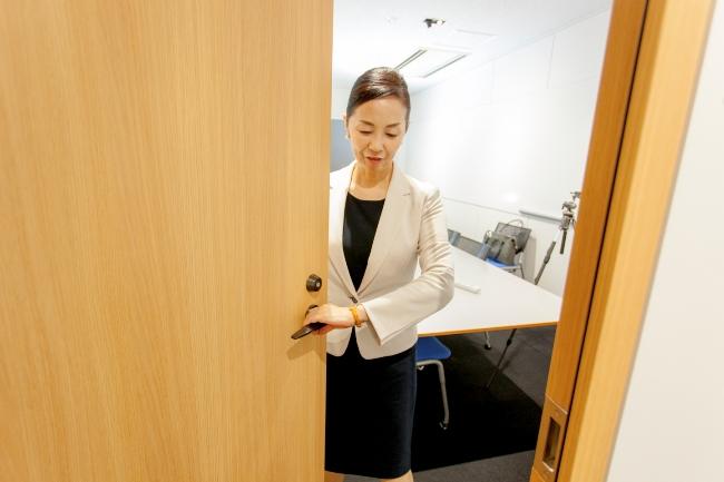 内開きのドアの場合は、自分が先に入り持ち手を変える