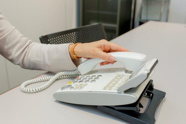 会話が終了したら受話器をそっと丁寧におきます。フックを押して切る方法もありますが、手が滑って勢いよく切ってしまわないように注意