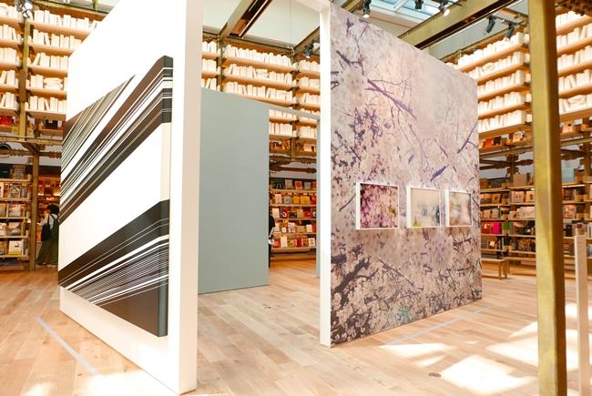 圧倒的な蔵書棚の中央はイベントもできるスペース。現在は5月末まで、「Sensible Garden 感覚の庭」と題して杉本博司・名和晃平・蜷川実花、3氏の作品が展示されています。