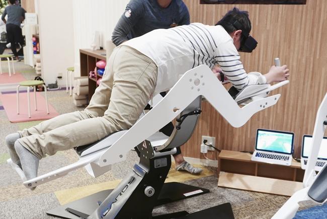 筆者も体験した最先端VRエクササイズ「イカロス」は、腹筋に力を入れた状態でVRによる空中飛行体験が。自身の姿勢が映像に直結するため、体幹トレーニングとゲームが一体化。遊び感覚でエクササイズができるんです。