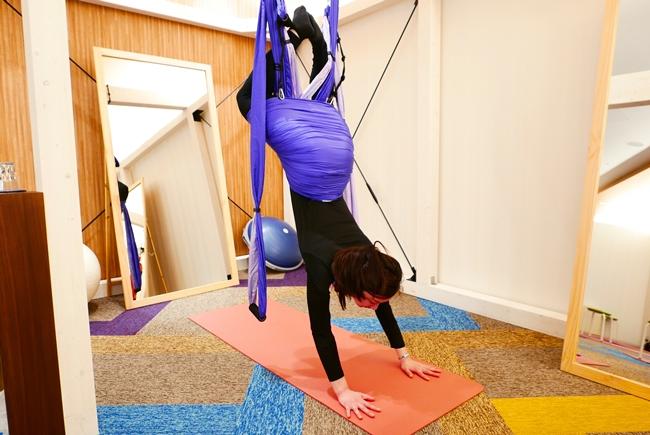 ニューヨーク発の空中エクササイズ「シルクサスペンション」は、布を使っていろいろな態勢を取るもの。中には、こんなアクロバティックな格好で血流の促進や体幹トレーニングをすることも。
