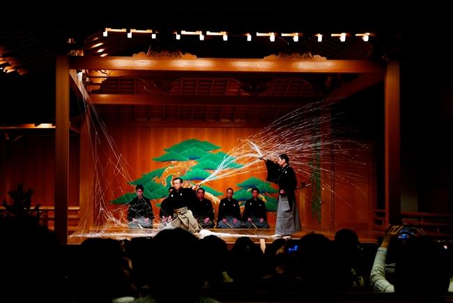 """480席、約1600㎡の広さがあり、ここ以外のフロアから訪れるとまるで異空間に紛れ込んだよう。歌舞伎座と並んで銀座の名所となりそうですね。写真は、能楽の定番演目『土蜘蛛』のひと幕。舞台を""""糸""""が華麗に舞うさまは幽玄な美しさ!"""