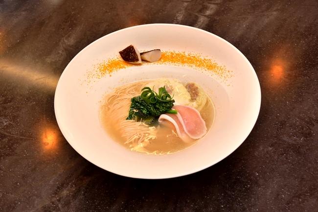 潮らーめん(¥1000)7種の塩を調合したタレに真鯛とホタテのダシを合わせ、同じくホタテ油とカキ油をエッセンスに加えた海が香る一杯。トッピングには昆布で〆た大山鶏のタタキとマグロ×浅ネギのワンタン、そして縁にはホタテのコンフィとカラスミが添えられています