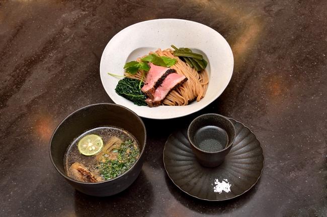 挽きたて小麦つけめん(¥1000)。写真の手前右側は、「薩摩の軌跡」に沖縄の「ぬちまーす」を添えたもの。まずはこちらに麺を浸し、小麦の風味を楽しむところから