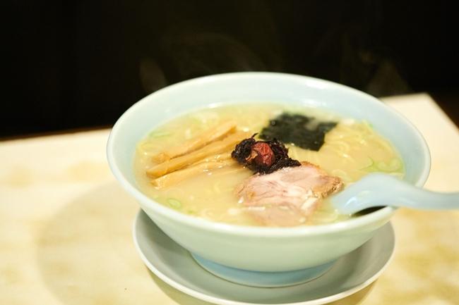 「塩ラーメン」(¥600)。豚のゲンコツと鶏のモミジによるスープに、宗田節と煮干しのダシを加えた動物+魚介系。コンソメやこぶ茶を使った塩ダレが奥深いうまみを生み、中細麺によく絡みます