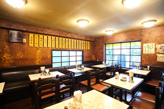 ゆとりある空間にテーブルが並べられ、席数はおよそ36。通し営業で、アイドルタイムを気にせず来店できるのもうれしいポイントです