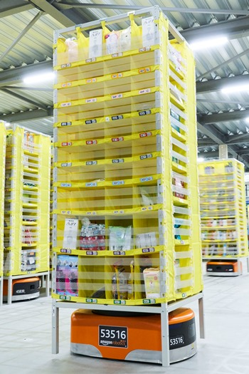 ロボットを使った最新の商品管理システムAmazon RoboticsがAmazon川崎FC(フルフィルメントセンター)に導入されている。ドライブと呼ばれるロボットが300kg以上の商品棚を持ち上げ、棚入れ、棚出しするスタッフのほうに棚を運んでくる