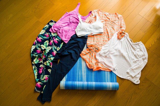 「腕や足を伸ばすポーズが多いので、ゆとりのあるリラックスした服装がベター。わざわざヨガウエアを購入しなくても、ストレッチがきいたスポーツウエアなど動きやすい服装なら何でもOKなんです。もちろん本格的なヨガウエアを着て、気分を高めるのもあり。ポーズをとるときに手や足が滑ることも多いので、ヨガマットを用意しておくといいでしょう」(Lia Mihoさん)