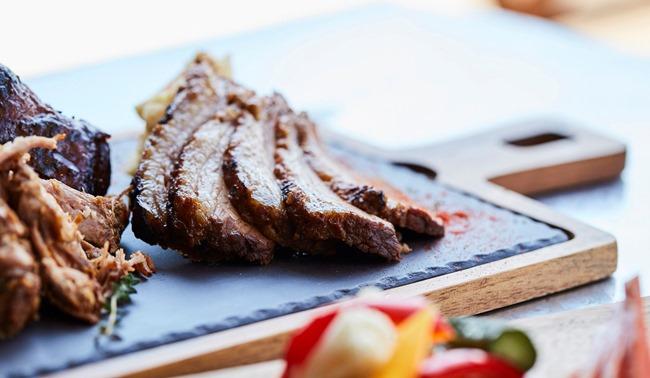 フードは朝・昼・晩それぞれ設定されたコースか、アラカルトで注文。ドリンクは、スモーク料理やローストしたお肉と相性抜群の、味わい際立つクラフトビール全8種類などを中心にラインナップしています。