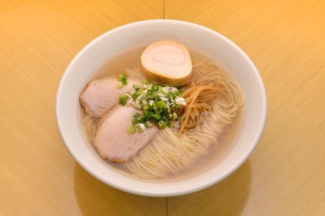 「ラーメン」(¥750)。函館でラーメンといえば塩。そのため、あえてメニュー名に「塩ラーメン」とは書きません。そんなところも真の函館ラーメン店といえるでしょう