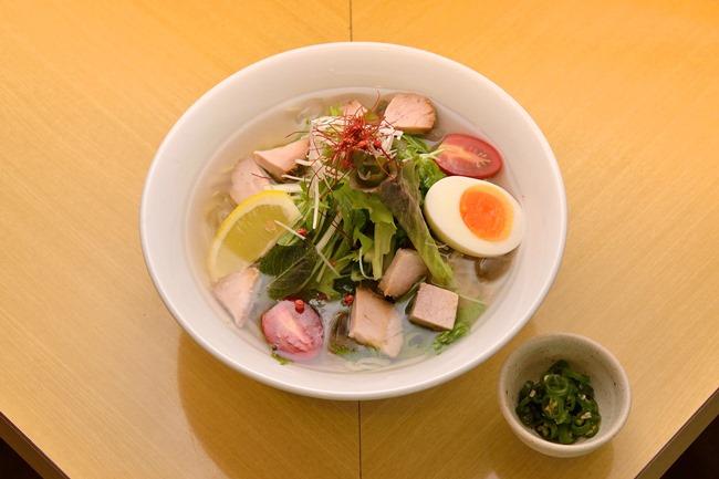 「冷し塩ラーメン」(¥900)。相性がいいという「青唐辛子トッピング」(¥50)を添えて